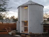 Молодой архитектор превращает зернохранилище 1955 года в доступное жилье для двоих