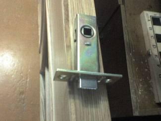 Как установить дверную защелку